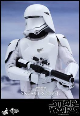 Hot Toys Star Wars Force Attacks - First Order Snowtrooper - holding gun